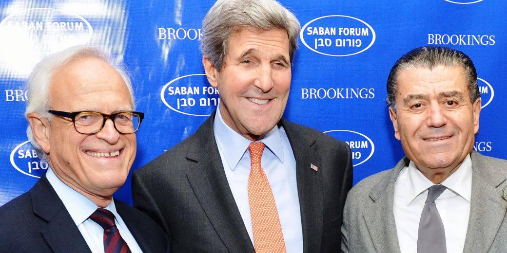 (на фото, справа налево: Мартин Индик, Джон Керри, Хаим Сабан)